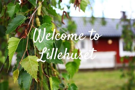 Lillehuset - Ljust enplanshus i lantlig gårdsmiljö