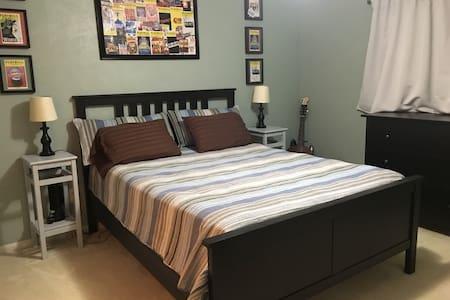 Queen Bed With Private Bath in Quiet Neighborhood - Houston