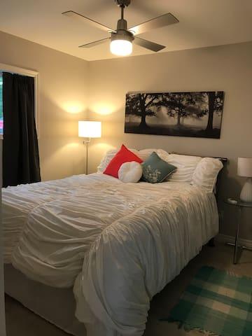 Bedroom - main floor - queen