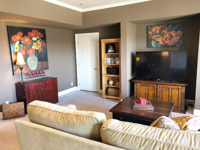 Spacious den with large TV (Netflix and Cable are available)