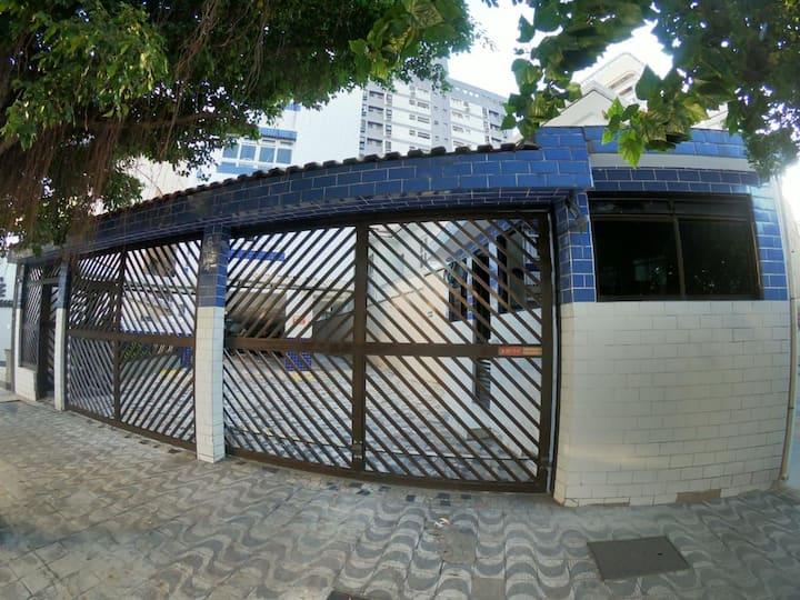 Em frente ao aquário de Santos, prédio familiar!