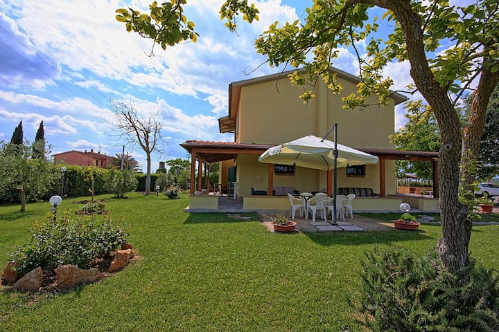 Tipical Tuscany farm,12 km fm beach