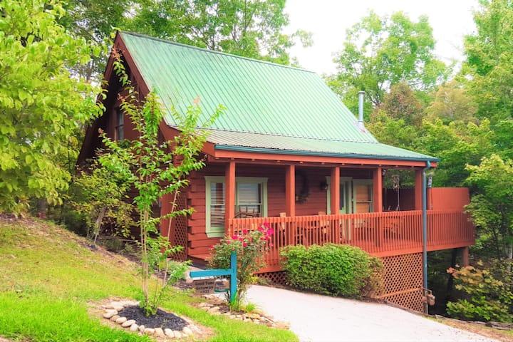 Great Gatlinburg Location! Good Time Getaway Cabin