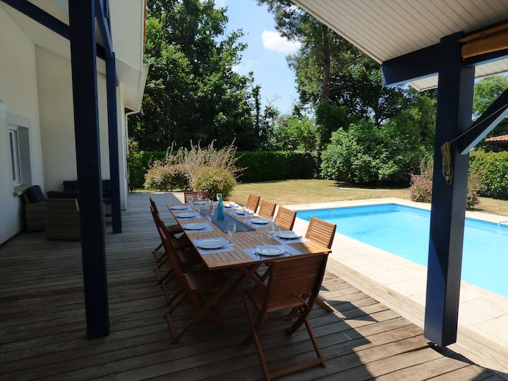 Grande maison individuelle avec piscine et jardin