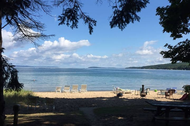 Cottage # 11 - West Bay cabin, walk to downtown!! - Traverse City - Casa de vacances