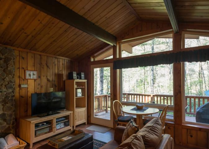 Romantic and secluded Riverwood Hideaway on the river, hot tub, dog-friendly