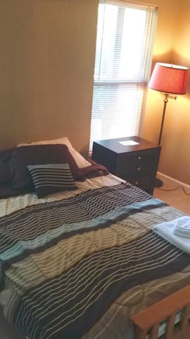 Cozy Bedroom in Luxurious Condo - Duluth - Apartament