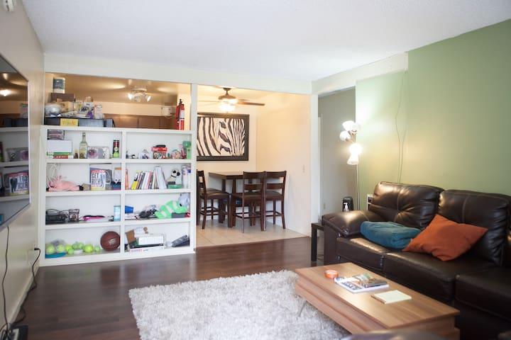 Super Clean Private Room in Cozy 2 bdrm apt.