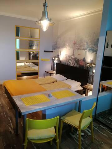 Кровать 160 см, стол, два стула, табурет.