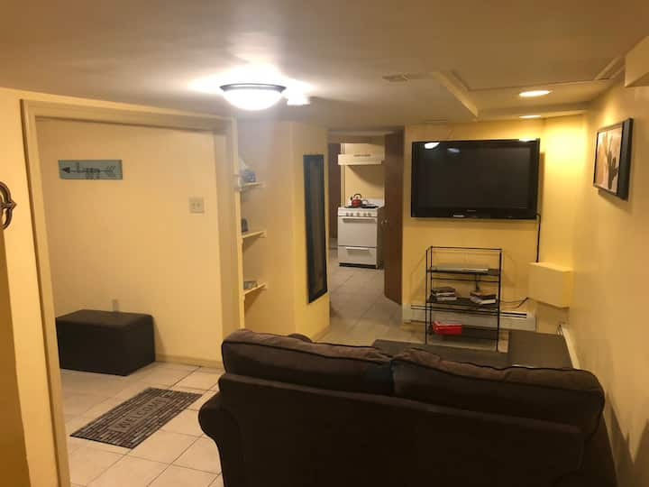 Private Cozy Ground Fl. Apt. Cable +wifi +Parking