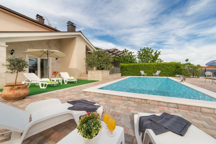 Villa Maca - Three Bedroom Villa With Pool