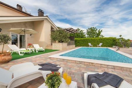 Villa Maca - Three Bedroom Villa With Pool