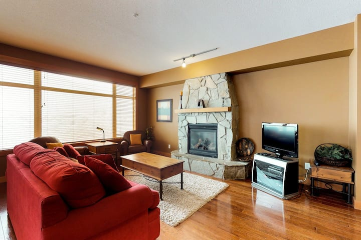 Family-friendly condo w/ private hot tub - easy access to slopes!