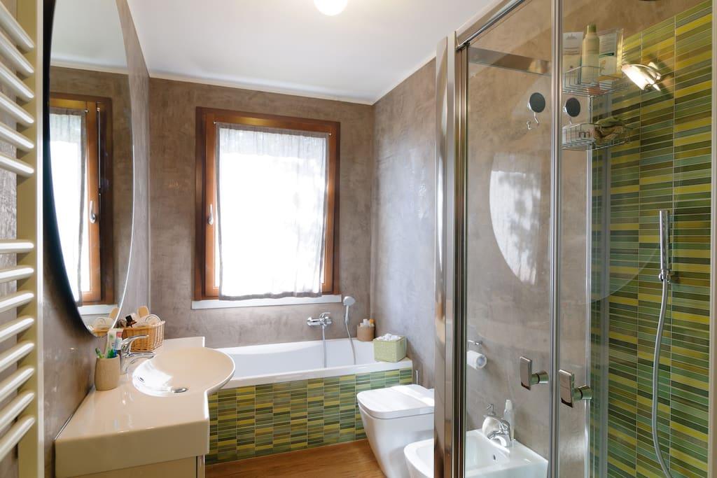 bagno camera con vasca e doccia