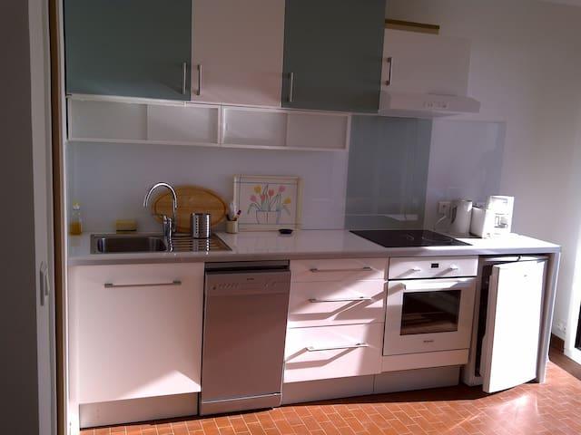 Une cuisine équipée moderne et fonctionnelle