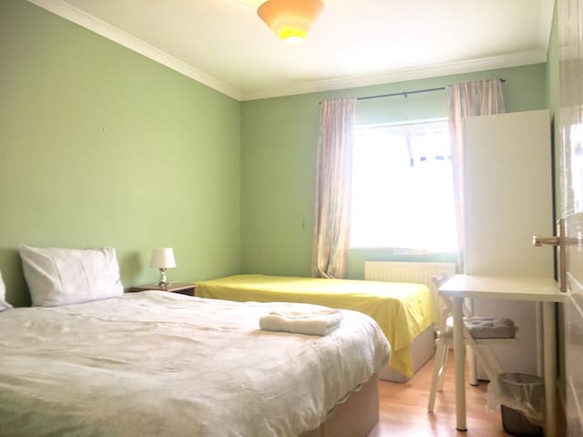 Heathrow 7mns, lovely double room...