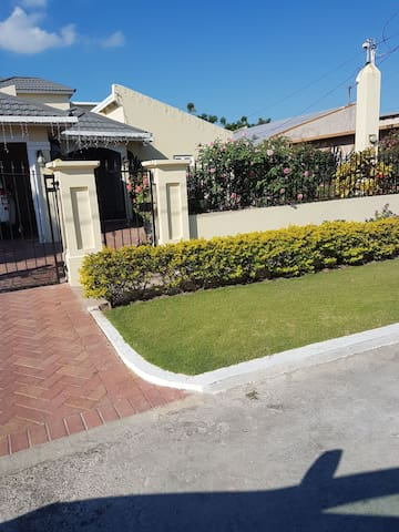 Your home away from home - Portmore - Hus