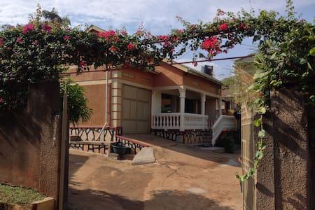 Cozy Casa Nankya - Kampala - House
