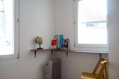 Chambre isolée dans quartier clame et central - Appartement