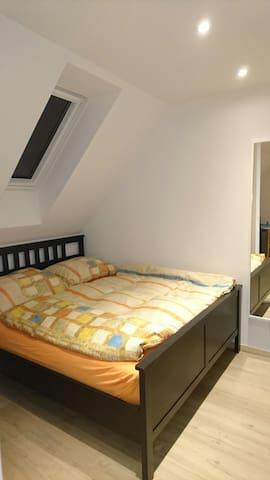 Großes Bett im kleinen Zimmer