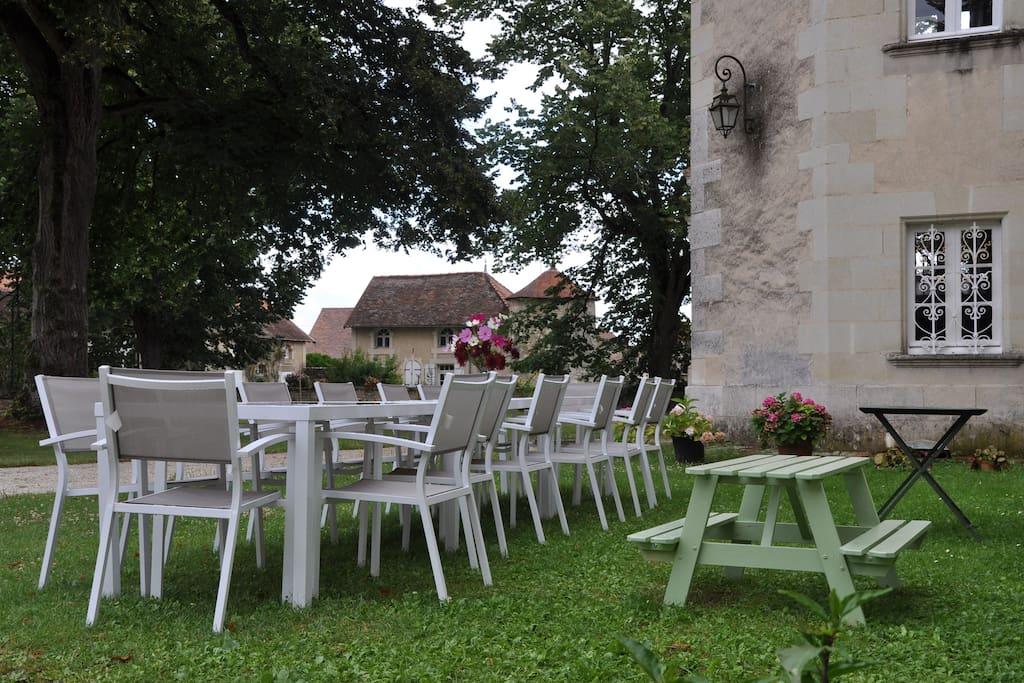 Elegant xviis house futuroscope houses for rent in marigny brizay poitou charentes france - Table jardin keter poitiers ...