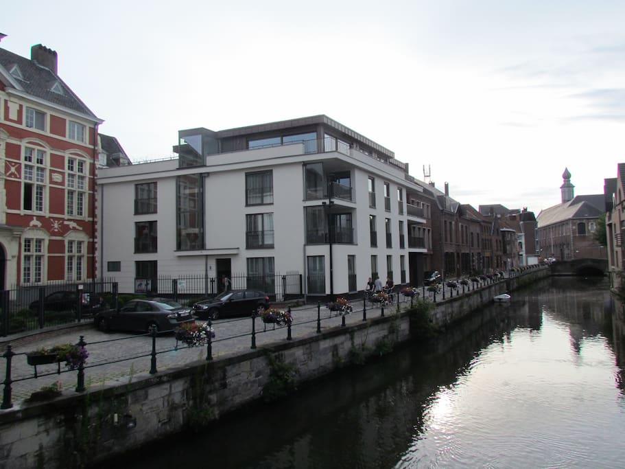 Nieuw gebouw, mooi geïntegreerd tussen de historisch gebouwen.
