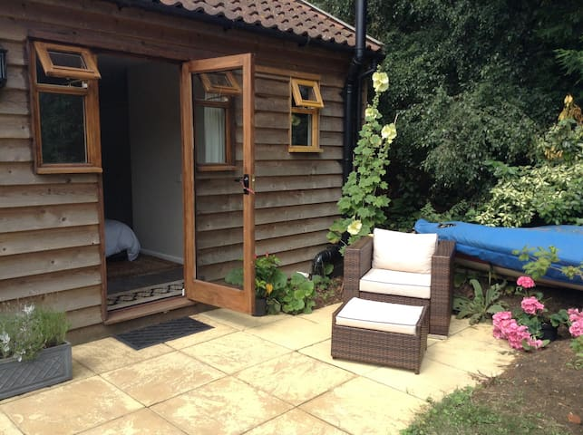 Private garden room for two - Hollesley
