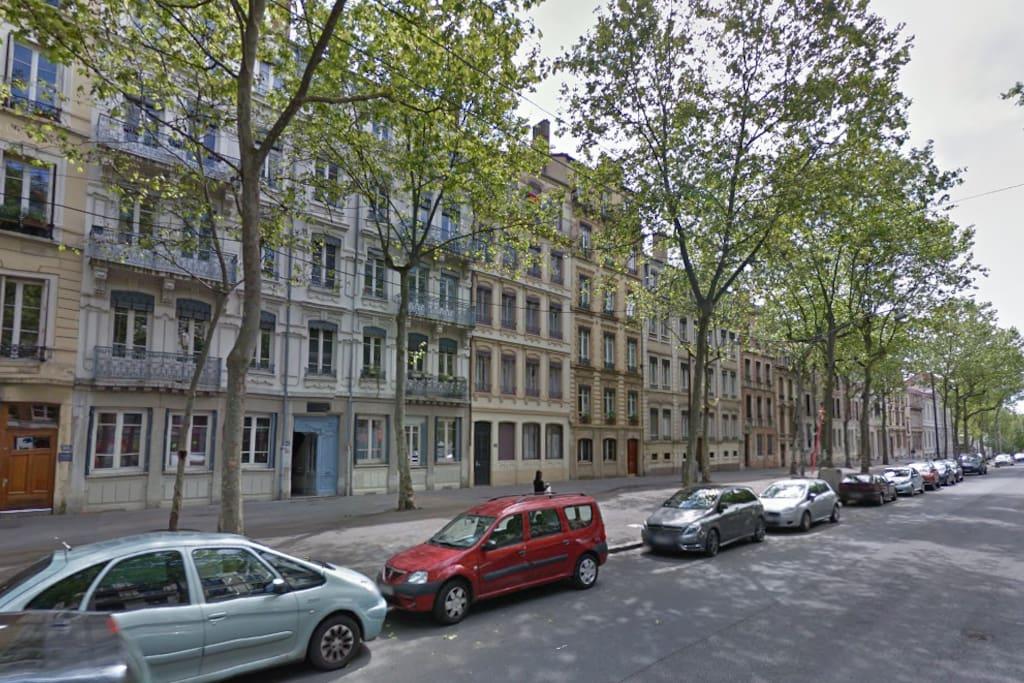 Coté Boulevard, face Mairie Lyon 4eme, Marché, tous transports et commerces