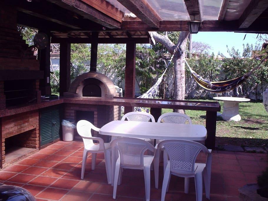 Terraço c/ forno de pizza,churrasqueira e rede