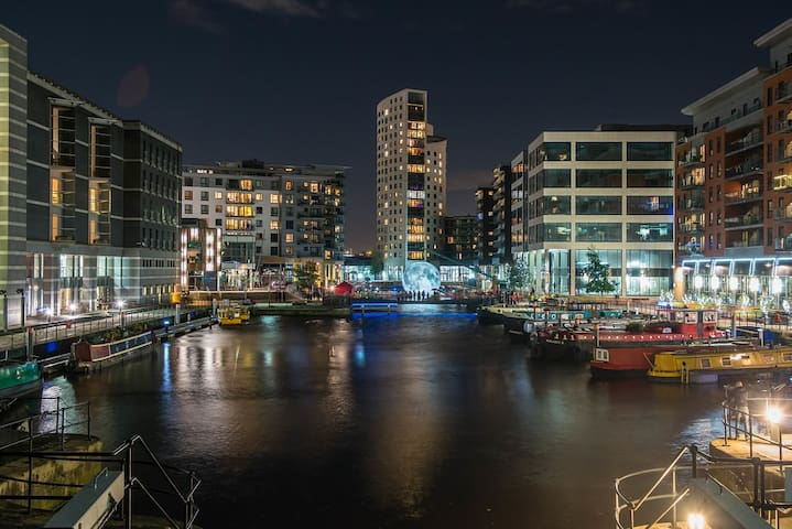 Leeds Docks En-Suite Flat with Balcony Views