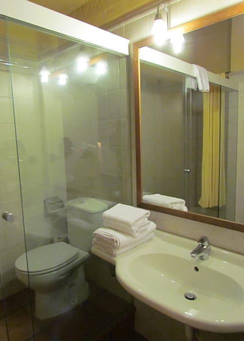 Baño moderno y totalmente equipado.