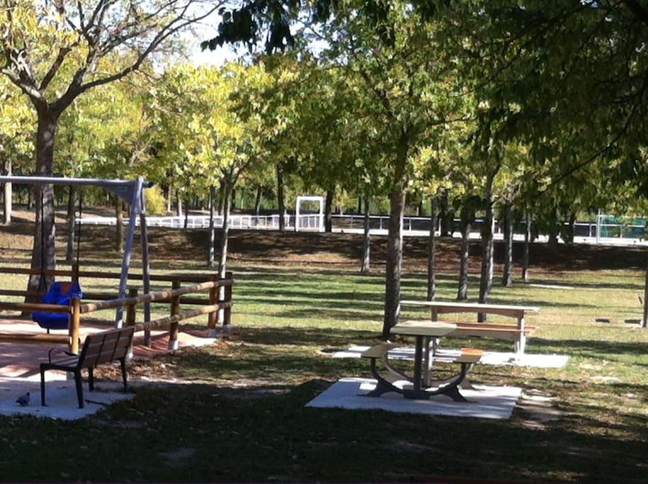 Un joli espace boisé aménagé de jeux pour enfants et d'un parcours pour joggeurs et promeneurs est situé a 100 mètres