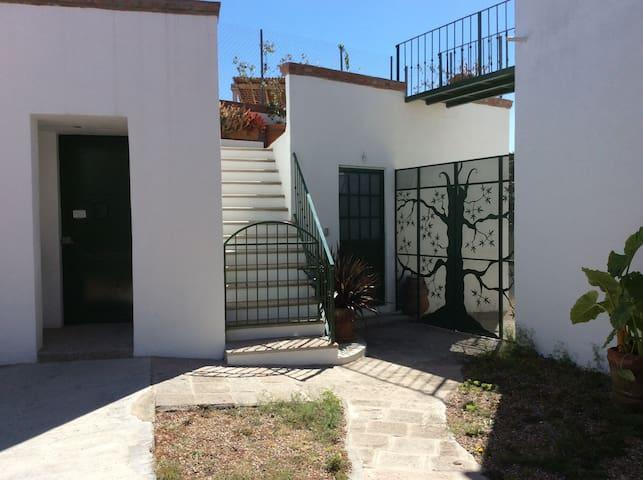 La entrada independiente, con sus escaleras...
