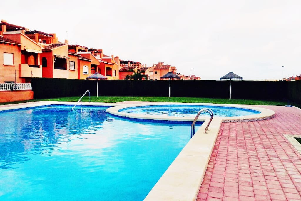 Preciosa casa cerca de la playa con piscina casas en for Piscina torrevieja
