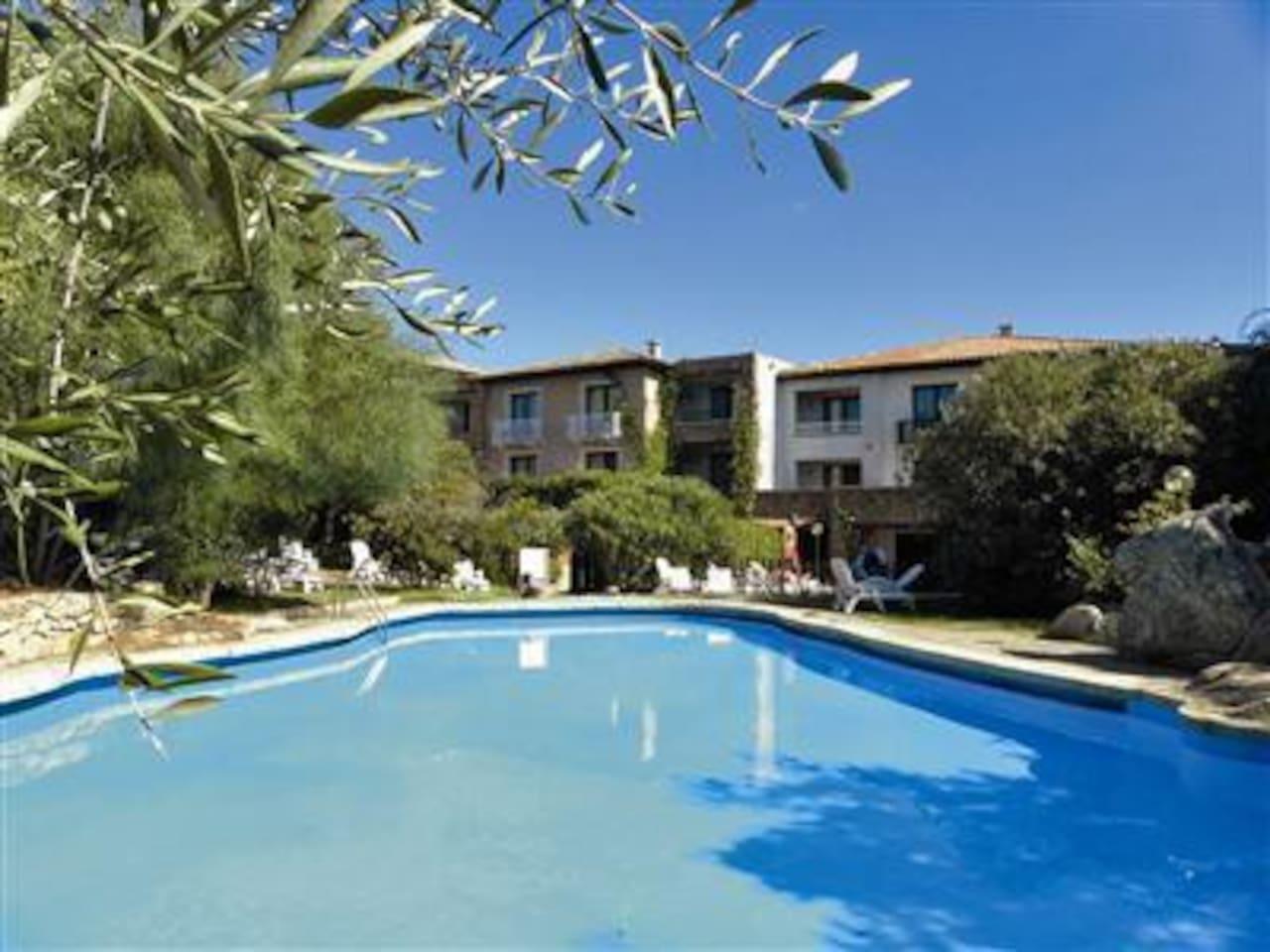 La piscina del residence accessibile agli ospiti