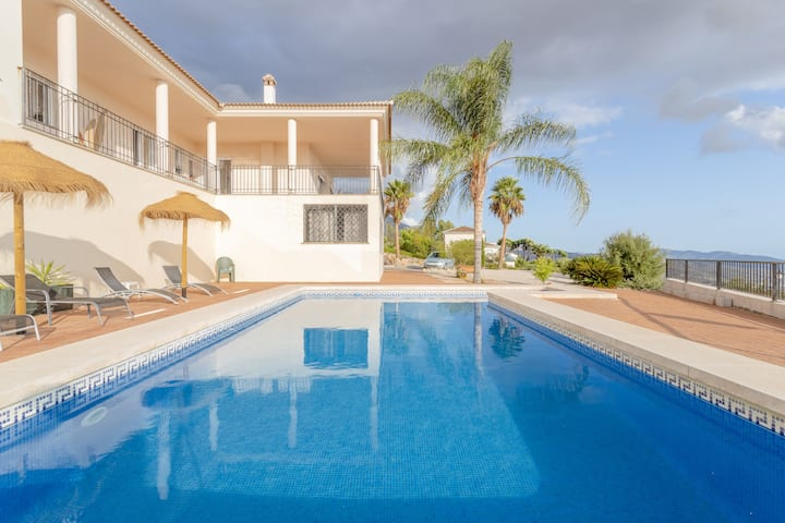 "Cozy Holiday Home ""Villa Cocotero"" with Pool & WiFi; Parking Available"