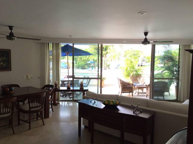 Sala-comedor y al fondo balcón principal