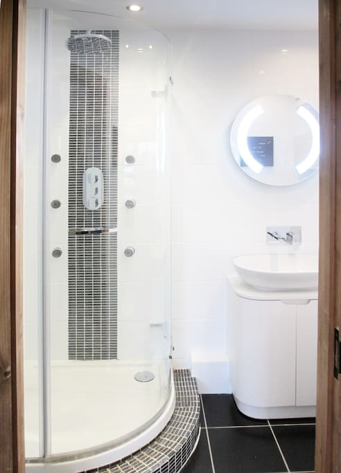 Private en-suite shower room