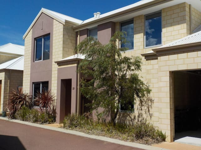 Spacious 3 bed 2.5 bathroom 2 storey townhouse