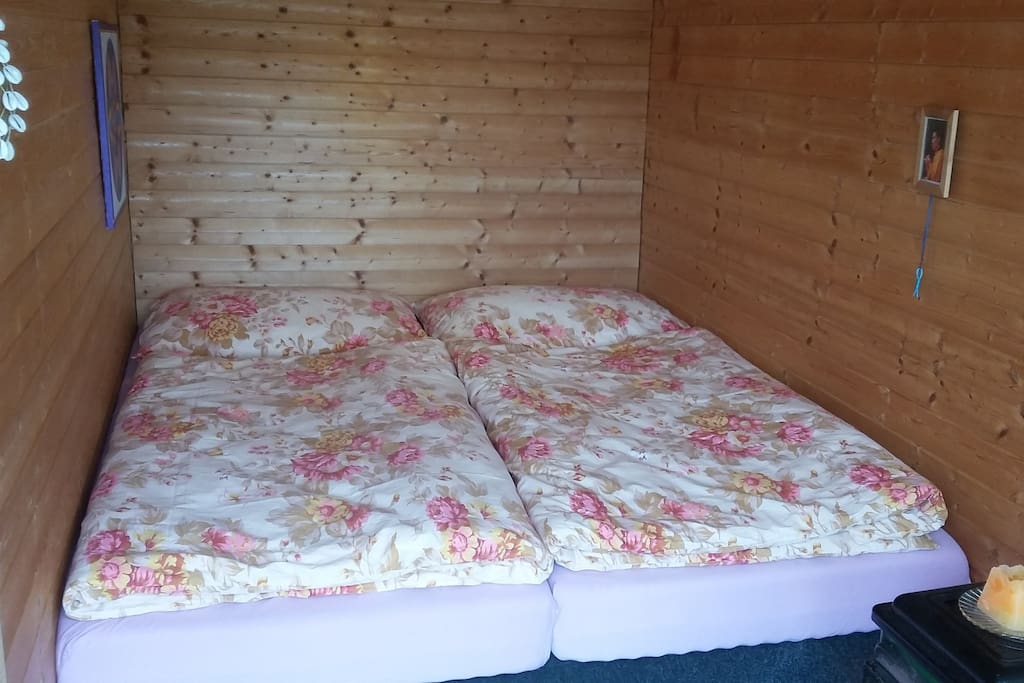 Pohodlná postel s peřinami