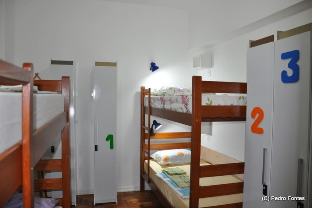 Quartos: camas com  luz de leitura e armários individuais com tranca