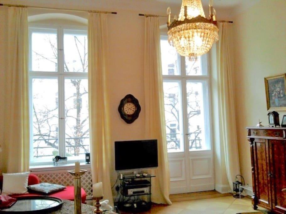 Wohnraum mit Flügeltür zum Erkerzimmer und Balkon