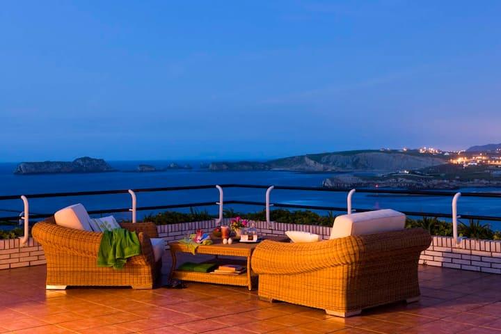 """""""Aptos La Coteruca"""" terraza privada vistas al mar."""