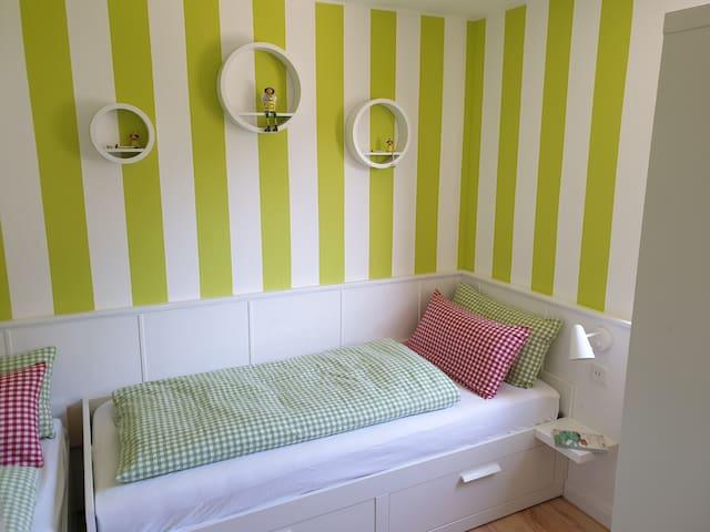 Separates Schlafzimmer mit zwei Einzelbettern (80 cm x 200 cm)