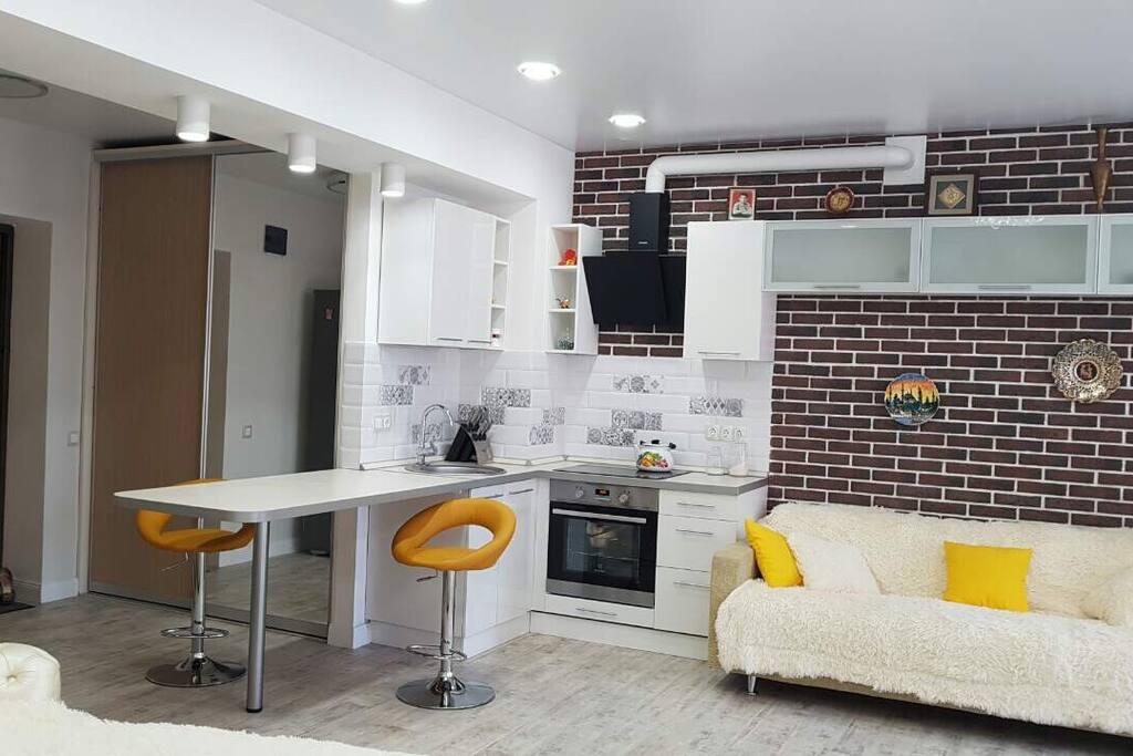 Кухня(варочная поверхность, духовка, вытяжка, бурная стойка)
