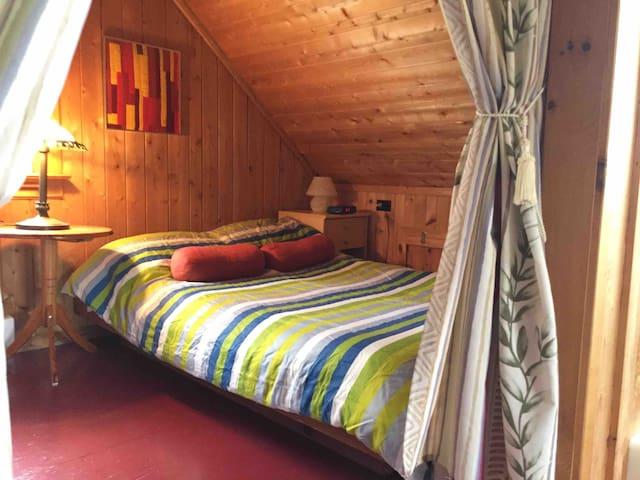 Chambre avec grand lit simple attenante à la chambre des maîtres