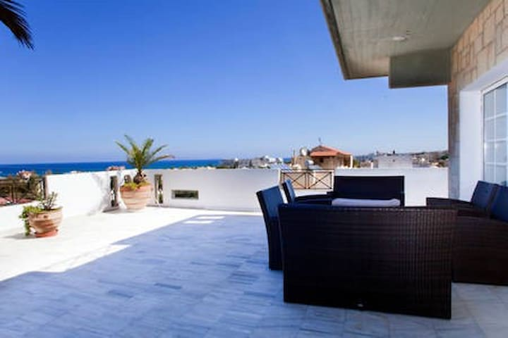 In front of the main entrance of the apartment, straight-looking at the Mediterranean Sea and the horizon, there is this fantastic 140 sqm 360 degree terrace.