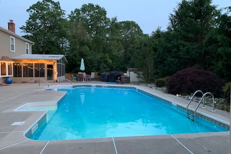 4 bedr private home with beautiful pool/backyard