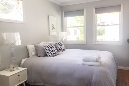 Bright, spacious room in terrace with own bathroom - Darlinghurst - House
