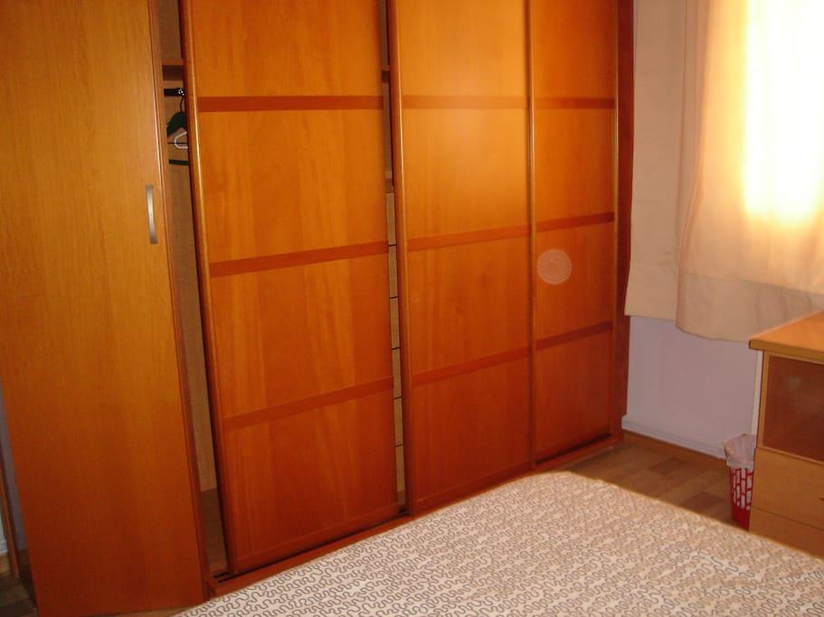 Gran armario de puertas correderas con zona de colgar, baldas y cajones